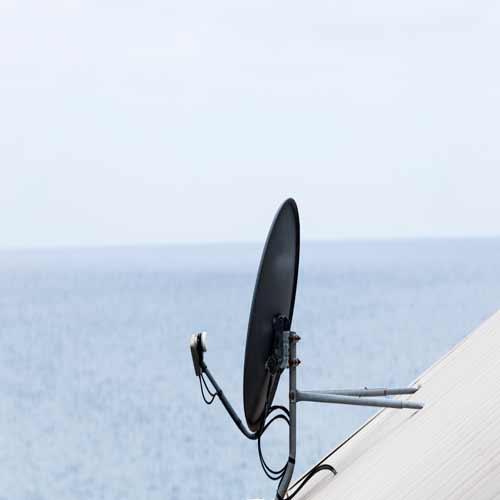 Des toits d'édifices sont recouvert de plusieurs antenne parabolique pour la réception de signal satellite.